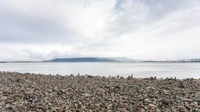 cobble la playa con las pirámides de piedra en la ciudad de Reykjavik imágenes de archivo libres de regalías