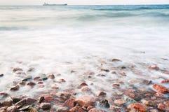 Cobble la playa de piedra del mar leído en puesta del sol fotografía de archivo libre de regalías