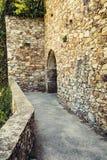 Cobble la trayectoria de piedra en una fortaleza medieval de la puerta fotografía de archivo