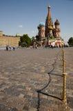 Cobble la trayectoria en la catedral del ` s de la albahaca del santo - Plaza Roja - Moscú imágenes de archivo libres de regalías