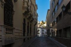 Cobble la via di pietra nella città di Granada, Spagna, Europa durante fotografia stock