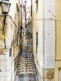 Cobble la via di pietra in vecchia città di Lisbona fotografia stock libera da diritti