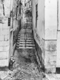 Cobble la via di pietra in vecchia città di Lisbona fotografia stock