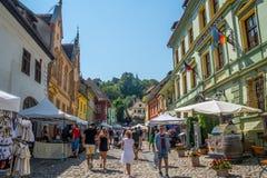 Cobble las calles de piedra del viejos sighisoara y mercado callejero de la ciudad imagen de archivo libre de regalías