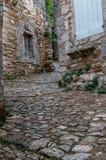 Cobble las calles de piedra, oppede le vieux, pueblo francés de la cumbre fotografía de archivo libre de regalías