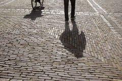 Cobble las piedras, el ciclista y al peatón, Den Haag - La Haya; HOL imagen de archivo libre de regalías