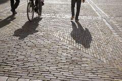 Cobble las piedras, el ciclista y a los peatones, Den Haag - La Haya; Ho fotografía de archivo