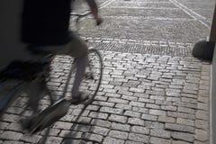 Cobble las piedras y al ciclista, Den Haag - La Haya; Holanda fotografía de archivo