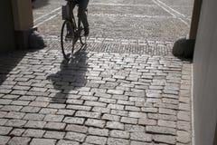 Cobble las piedras y al ciclista, Den Haag - La Haya; Holanda imagen de archivo libre de regalías