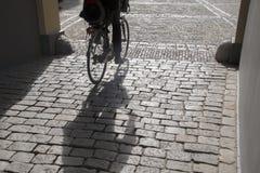 Cobble las piedras y al ciclista, Den Haag - La Haya; Holanda imágenes de archivo libres de regalías