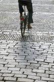 Cobble las piedras y al ciclista, Den Haag - La Haya; Holanda fotos de archivo