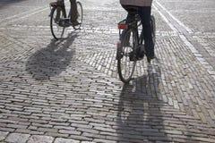 Cobble las piedras y a los ciclistas, Den Haag - La Haya; Holanda foto de archivo