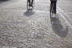 Cobble las piedras y a los ciclistas, Den Haag - La Haya; Holanda foto de archivo libre de regalías
