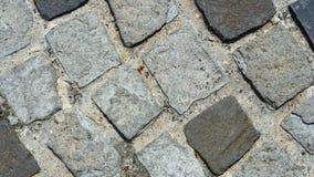 Cobble le pietre in calcestruzzo su un percorso, la macro di struttura del fondo, fuoco selettivo immagine stock