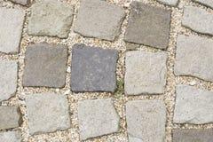 Cobble le pietre in calcestruzzo su un percorso, la macro di struttura del fondo, fuoco selettivo immagini stock libere da diritti