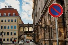 Cobble le vie con le lampade di via d'annata delle lanterne di vecchio centro storico di Dresda, Germania fotografie stock