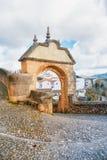 Cobbled pavimentou a rua que gira acima do arco bonito velho próximo de Phili Foto de Stock