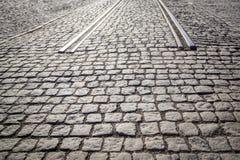 Cobbled Straße mit Anfang von Schienen - Anfang/Ende der Straße pflasternd Stockbilder