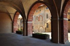 Cobbledstraat in het oude de stadsgebied van Saluzzo Piemonte, Italië stock foto's