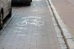 Cobbledstraat met afzonderlijke stegen voor fietsers royalty-vrije stock foto