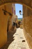 Cobbledweg in dorp van Gordes, de Provence Stock Foto's