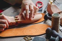Cobbler narzędzia w warsztatowym ciemnym tła zakończeniu up zdjęcia royalty free