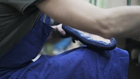 Cobbler stosuje kleidło błękitna but podeszwa z muśnięciem zdjęcie wideo
