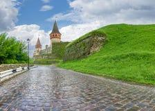 Cobbles la strada alla fortezza di Kamianets-Podilskyi dopo pioggia, Ukr immagine stock