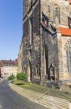 Cobblestoned улица на церков St Andreas Хильдесхайма стоковое изображение rf
