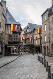 Cobblestoned de middeleeuwse huizen van het houtkader binnen straat in Dinan royalty-vrije stock foto's