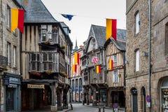 Cobblestoned de middeleeuwse huizen van het houtkader binnen straat in Dinan royalty-vrije stock afbeelding