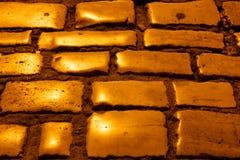 Cobblestones dorati illuminati di Rovinj alla notte Fotografia Stock