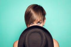 Coberta da mulher meia sua cara com um chapéu fotos de stock royalty free