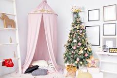 Cobertizo preparado para los niños Decoración hermosa del Año Nuevo de la casa de la Navidad del sitio de niños Foto de archivo libre de regalías