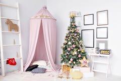 Cobertizo preparado para los niños Decoración hermosa del Año Nuevo de la casa de la Navidad del sitio de niños Imágenes de archivo libres de regalías