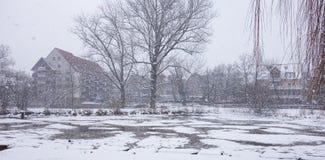 Coberto com a arquitetura da cidade da paisagem do inverno da neve Foto de Stock Royalty Free