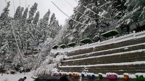 Coberto com o gali de viagem de fascinação bonito do nathiya do inverno do destino da beleza de Ásia Paquistão da neve Imagens de Stock