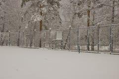 Coberto de neve o campo de jogos fotografia de stock