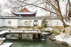 Coberto de neve o mundo da arte de mansões vermelhas imagem de stock royalty free