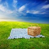 Cobertor & cesta do piquenique Fotos de Stock Royalty Free