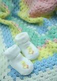 Cobertor e montantes do bebê do Crochet Fotos de Stock Royalty Free