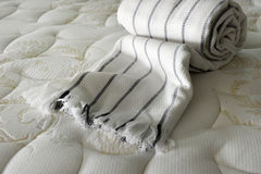 Cobertor na cama Fotos de Stock