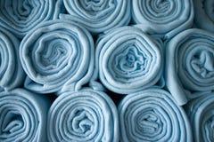 Cobertores azuis rolados empilhados Fotografia de Stock Royalty Free