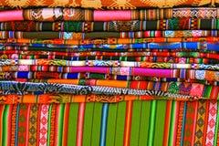 Cobertores e tablecloths coloridos, Peru Imagem de Stock