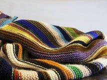 Cobertura feita malha em muitas cores brilhantes Fotografia de Stock