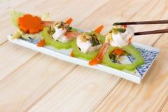 Cobertura fervida do camarão, do calamar e do vegetal com molho de marisco picante no fundo de madeira Imagem de Stock Royalty Free