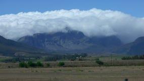 Cobertura pesada da nuvem sobre as montanhas fotografia de stock royalty free