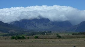 Cobertura pesada de la nube sobre las montañas Fotografía de archivo libre de regalías
