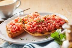 Cobertura picante e coentro da salsa no tostada imagens de stock