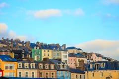 COBH, IERLAND - NOVEMBER 26: kleurrijke huizen op 26 November, 2012 in Cobh Ierland Stock Afbeeldingen